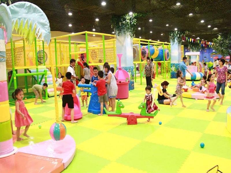 Không gian vui chơi rộng rãi các phụ huynh có thể cùng tham gia các trò chơi với con em mình
