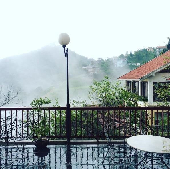 Ban công mờ sương lưng chừng đồi ở Belverdere Resort