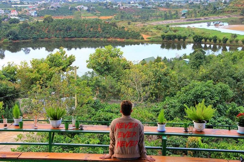 View nhìn từ quán cafe Mê Linh xuống khung cảnh Đà Lạt xanh mát và yên bình phía dưới.