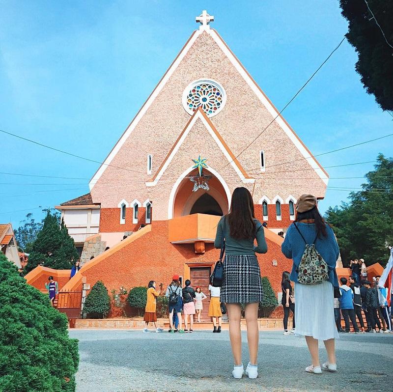 Khung cảnh phía bên ngoài nhà thờ Domaine với kiến trúc màu hồng cổ điển.
