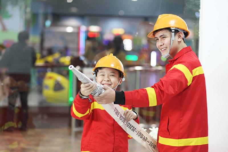 Các bé học làm lính cứu hỏa