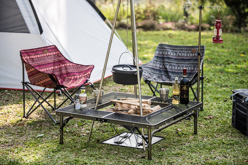 Bàn ghế xếp kết hợp cùng với bếp nướng than củi