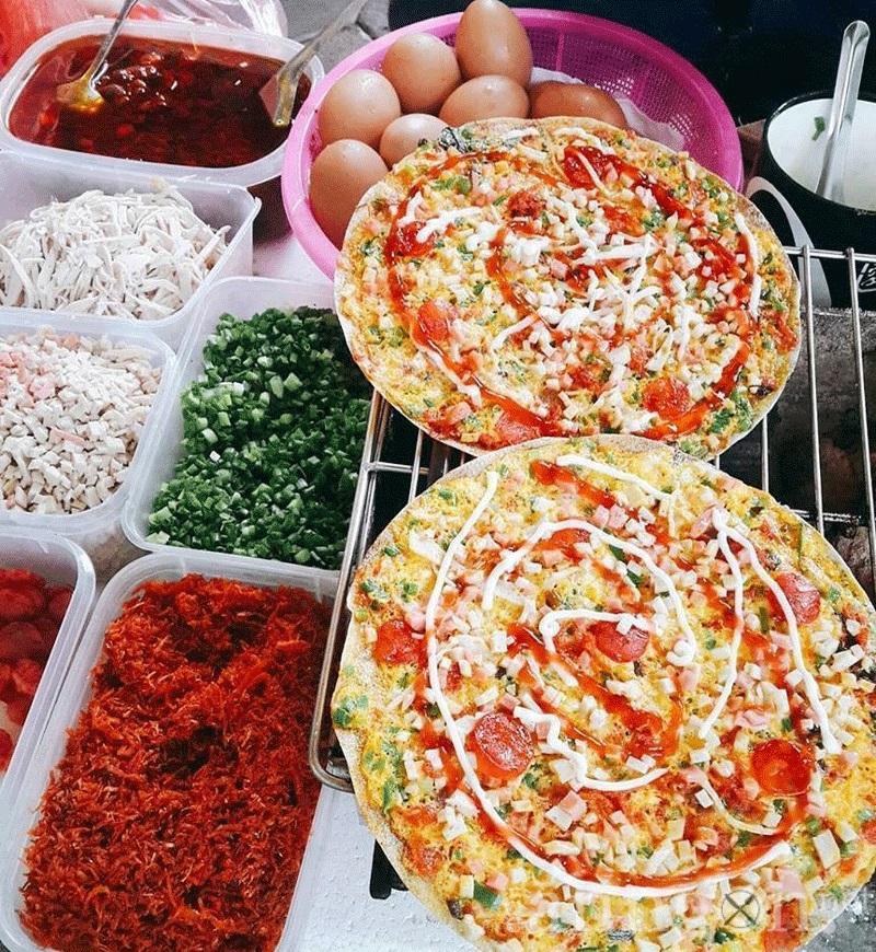 Một chiếc bánh tráng nướng Đà Lạt thích mắt với vô vàn topping như trứng gà, xúc xích, giăm bông, khô gà.