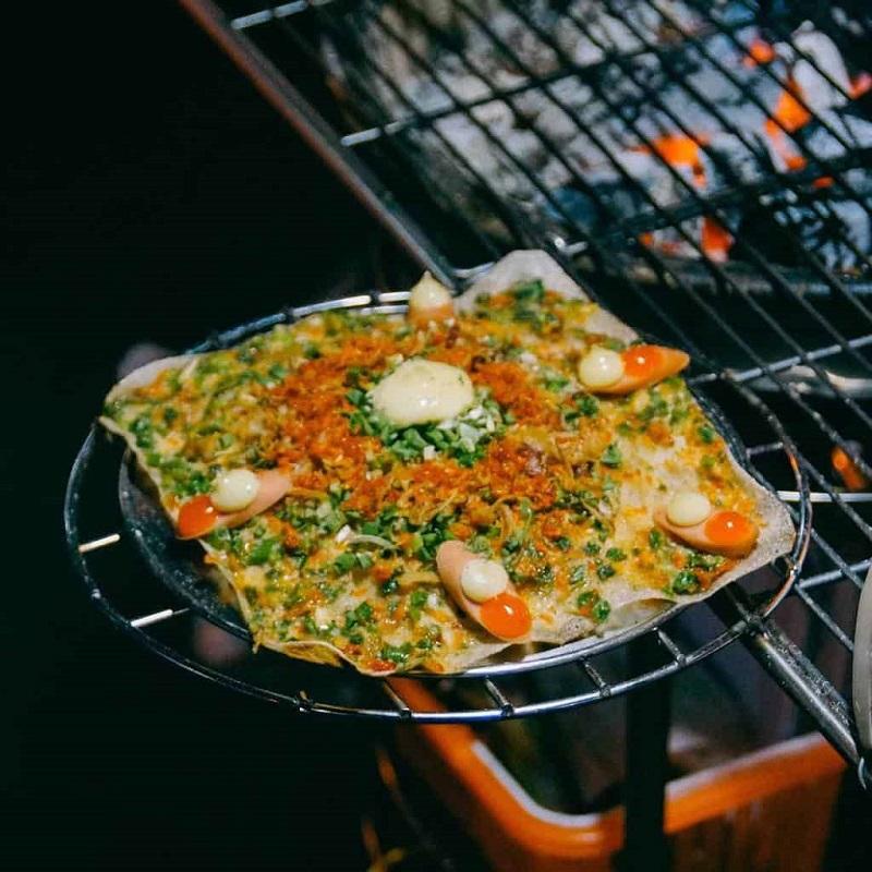 Bánh tráng được nướng trên bếp với nhiều topping trông thât ngon mắt, hấp dẫn.