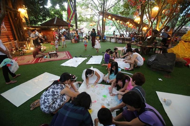Các bạn nhỏ say sưa tham gia các hoạt động bổ ích tại bảo tàng dân tộc học Việt Nam