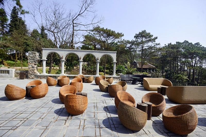 Những chiếc bàn ghế bằng tre độc đáo trong khuôn viên Le Mont Bavi Resort & Spa