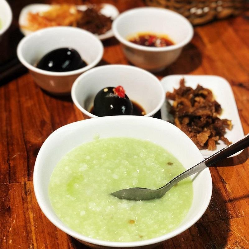 Cháo Đà Lạt được nấu cùng đậu xanh nên có màu xanh lá nhẹ đặc trưng, lạ mắt ăn kèm.
