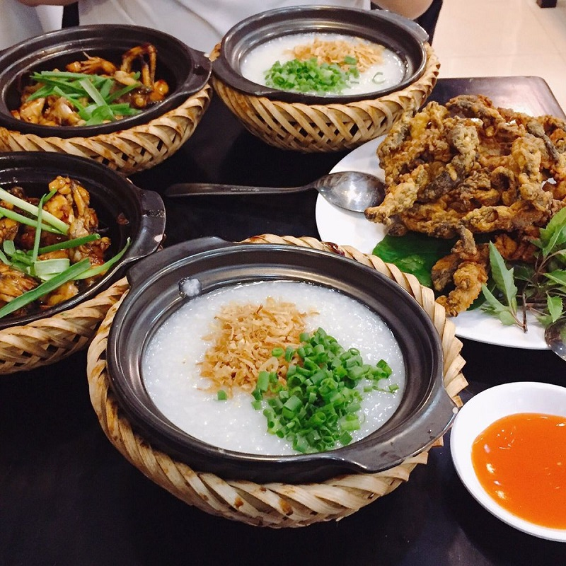 Cháo ếch thố giúp cho món cháo thơm ngon, giữ được độ nóng ăn kèm thịt ếch chiên ngon giòn.