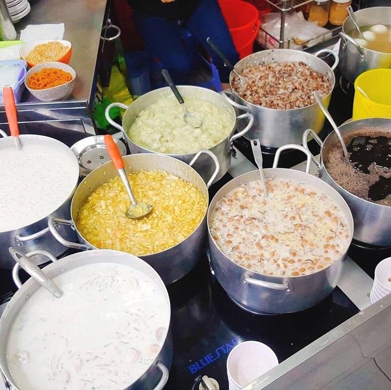 Những nồi chè to ụ hấp dẫn, đủ các loại được nấu bằng bí quyết riêng.