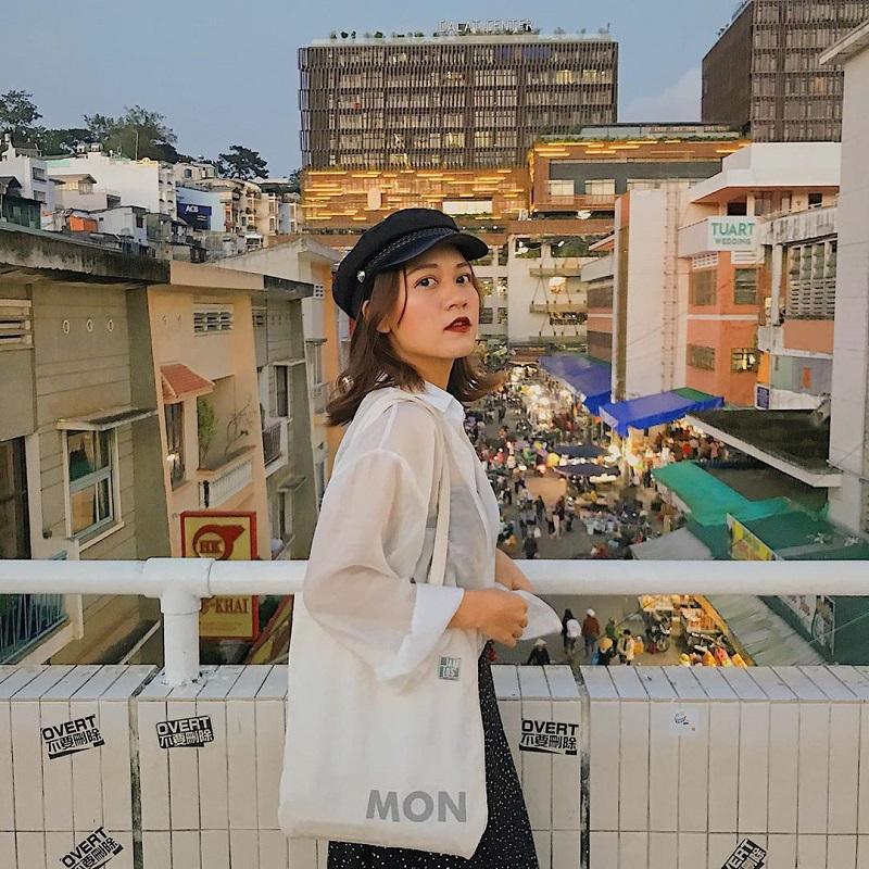 Phía cổng chợ Đà Lạt được thiết kế lan can nhìn ra khu dân cư là nơi sống ảo quen thuộc của du khách.