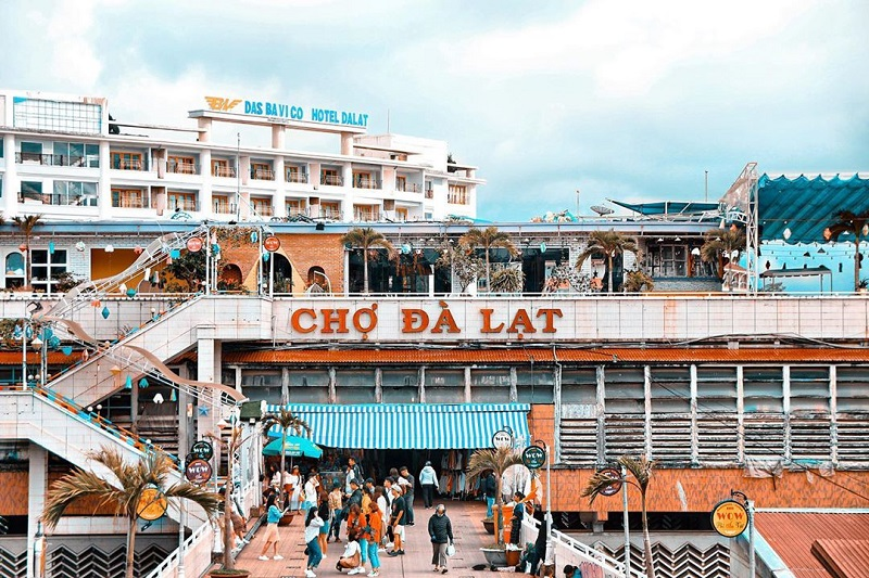 Khung cảnh cổng chợ Đà Lạt ngày nay.