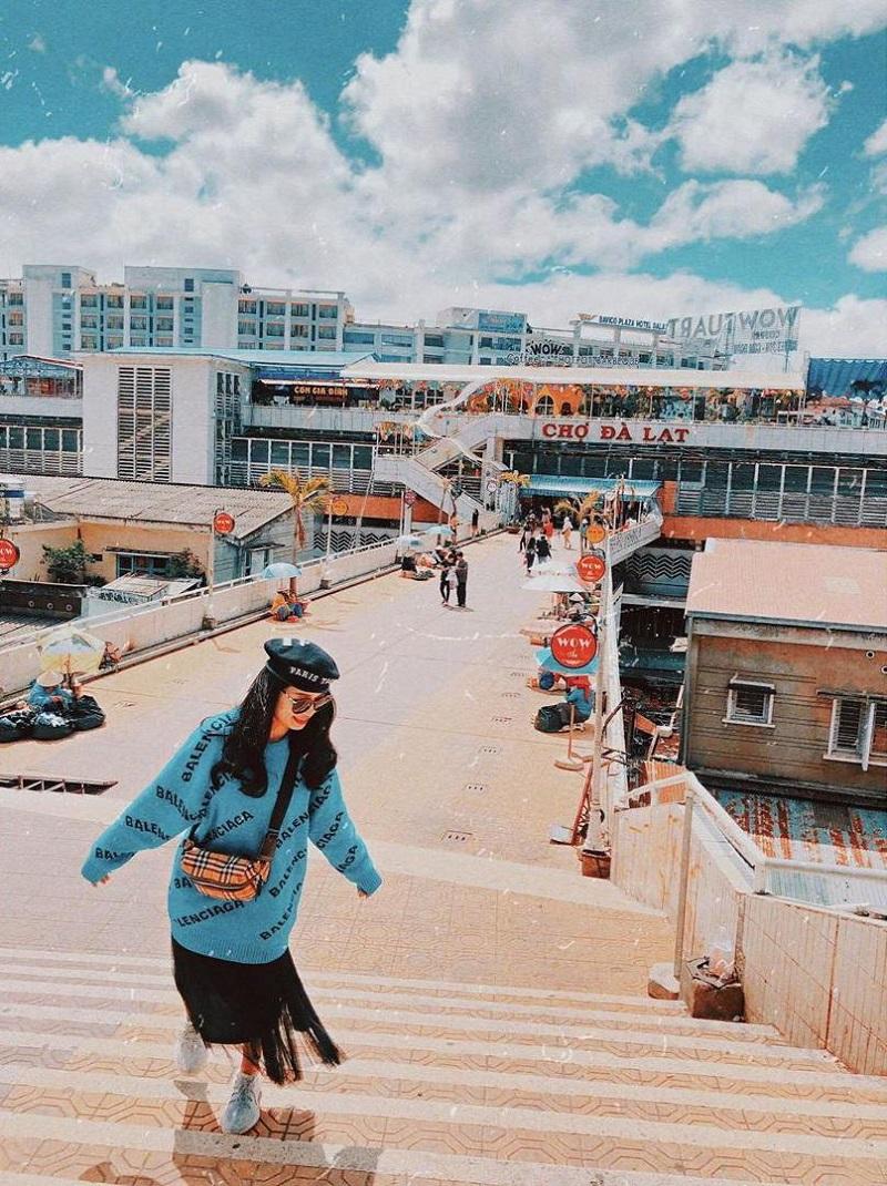 Tai khu vực lan can của chợ Đà Lạt, mọi người có thể tha hồ chụp những bức ảnh kỷ niệm siêu chất.