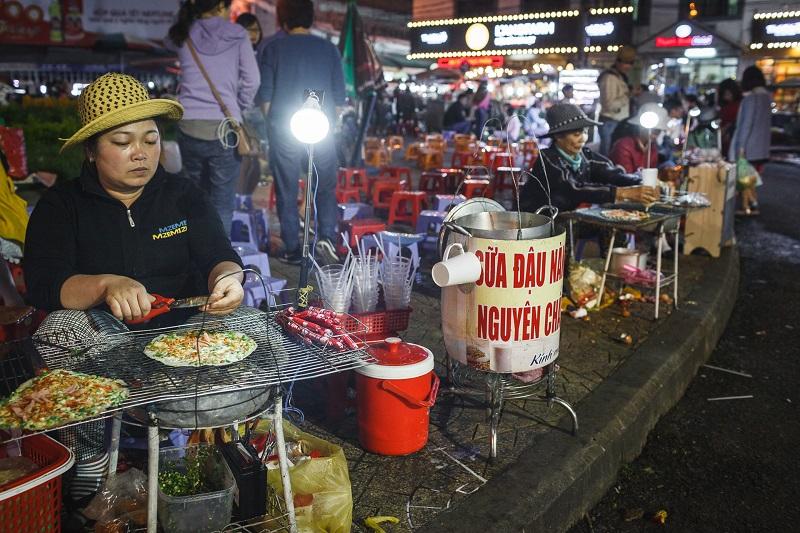 Ban có thể thưởng thức những món ngon đặc sản như bánh tráng nướng ở khu chợ Đà Lạt.