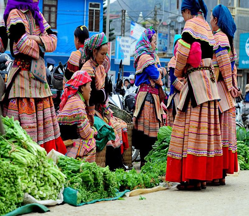 Sạp hàng bán rau được bày bắn ở phiên chợ