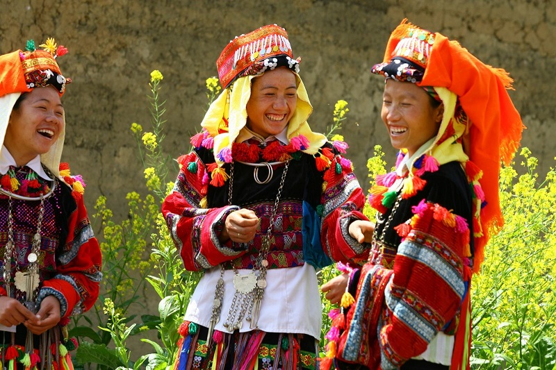 Các cô gái dân tộc cười duyên trong trang phục truyền thống