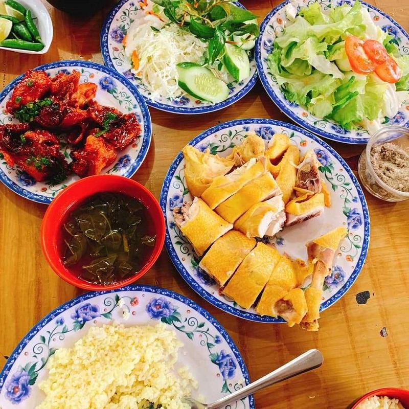 Cơm gà Phan  Rang thường được ăn kèm với rau củ muối giúp đưa cơm hơn nhiều.