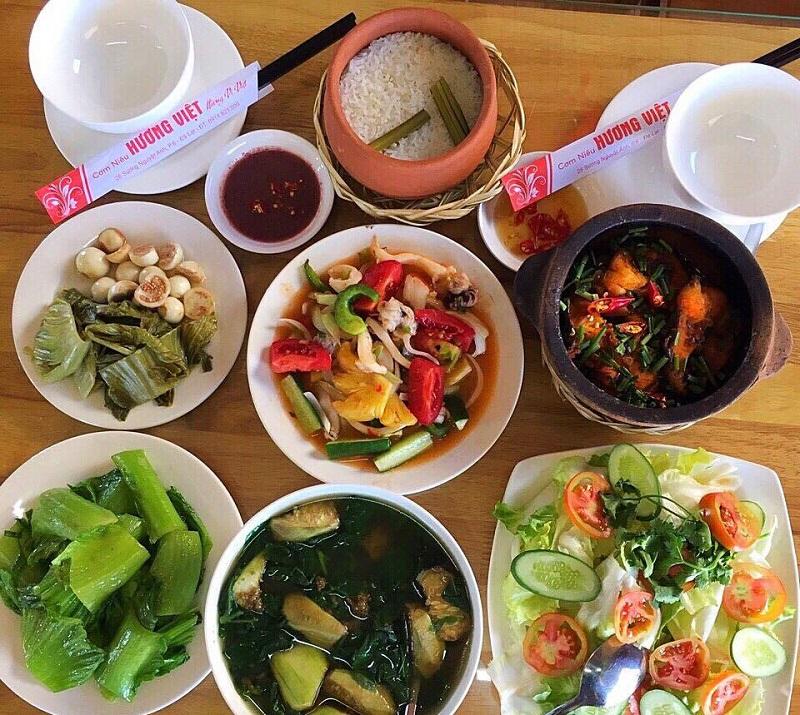 Cơm niêu ăn kèm với những món ăn rất Việt Nam như cá kho tô, cà pháo,...