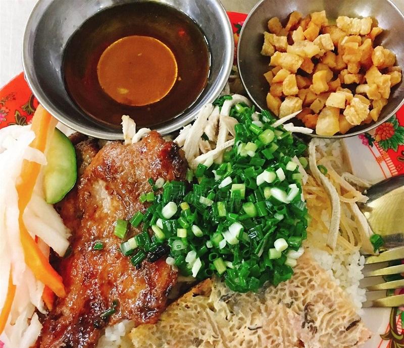 Cơm tấm Đà Lạt có sườn nướng, chả bì, chả trứng, thịt heo,... là món ăn no bụng, ngon lành cho bạn.