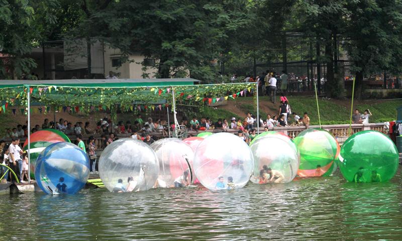 Các bé tham gia chơi bóng nước tại công viên Thủ Lệ