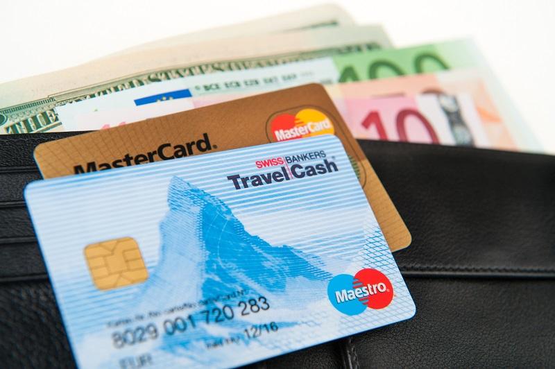 Mang theo một khoản tiền mặt vừa đủ và cả thẻ ATM