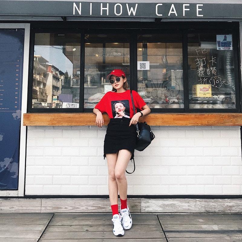 Cô gái năng động trong áo phông đỏ và váy cạp cao tại Nihow Cafe