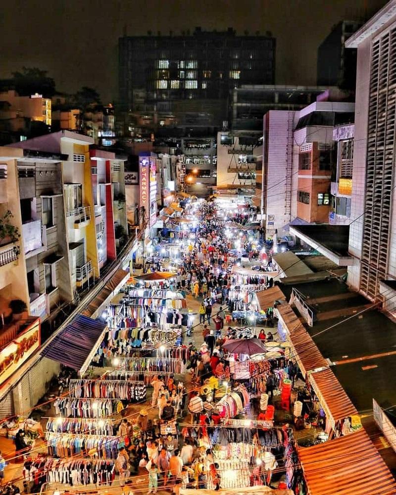 Chợ Đà Lạt về đêm đông vui, nhộn nhịp cùng những ánh đèn rực rỡ.