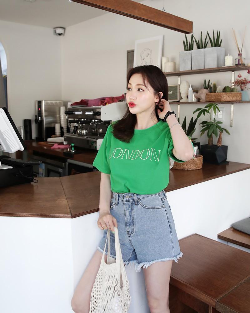 Cô gái diện áo phông và quần jeans cạp cap
