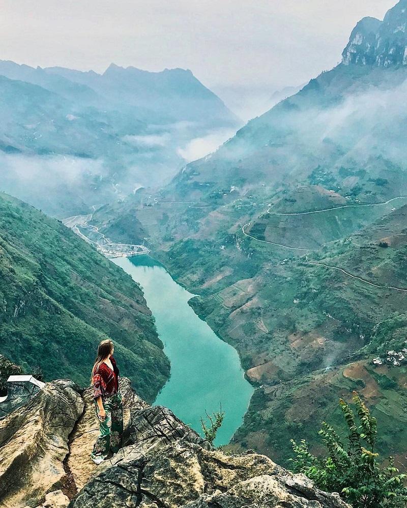 Thênh thang đất trời Hà Giang với mây mù phủ kín vực đá