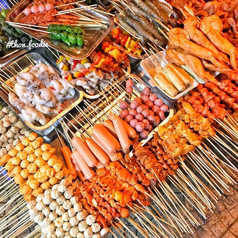 Vô vàn các loại xiên nướng như xúc xích, hồ lô, cánh gà, thịt nướng, cá viên, hải sản,...