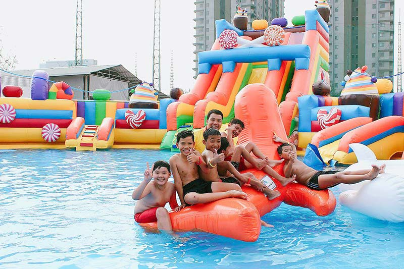 Các em nhỏ vui chơi ở lâu đài phao hồ bơi trẻ em Hello Park