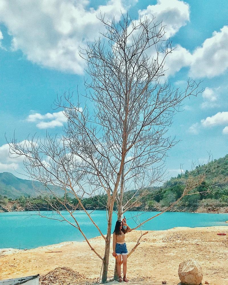 Cô gái đứng bên cây tại hồ Đá Xanh Vũng Tàu