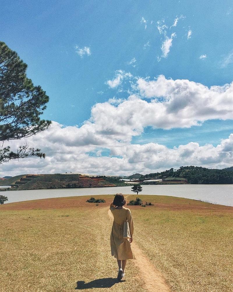 Hồ Than Thở có không gian trong trẻo, yên bình của sông nước, trời mây.