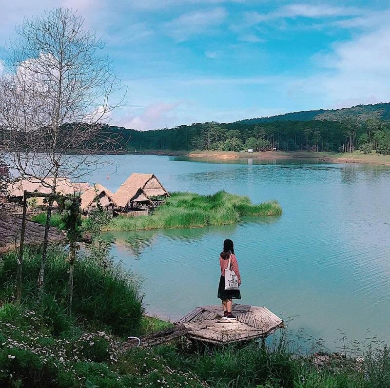 Không gian xanh mát, trong lành đẹp đến nao lòng của hồ Tuyền Lâm.