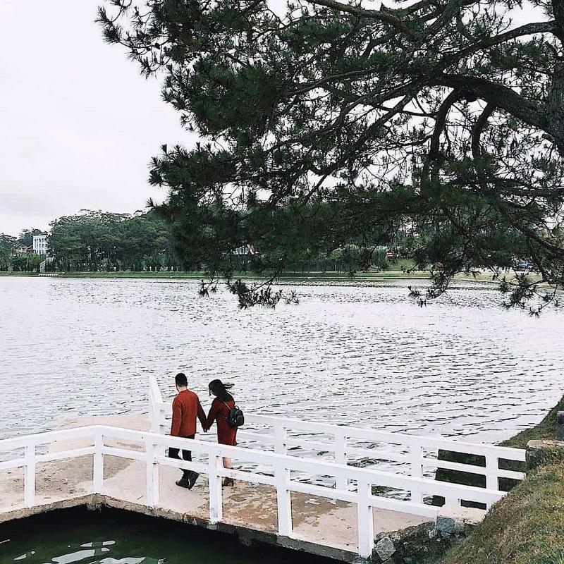 Khung cảnh lãng mạn của Hồ Xuân Hương vào mùa thu là điểm chụp hình lý tưởng của các cặp đôi.