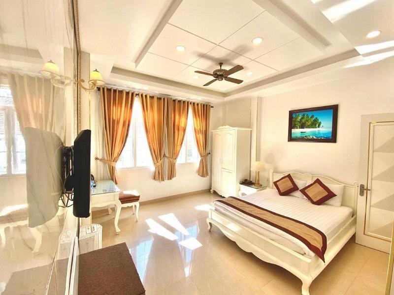 Không gian phòng sạch sẽ, thoáng đãng của khách sạn Tulip Đà Lạt