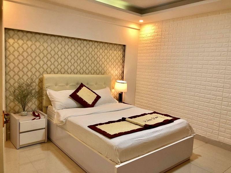 Không gian phòng ngủ ở White Star Hotel Đà Lạt có tông màu trắng chủ đạo