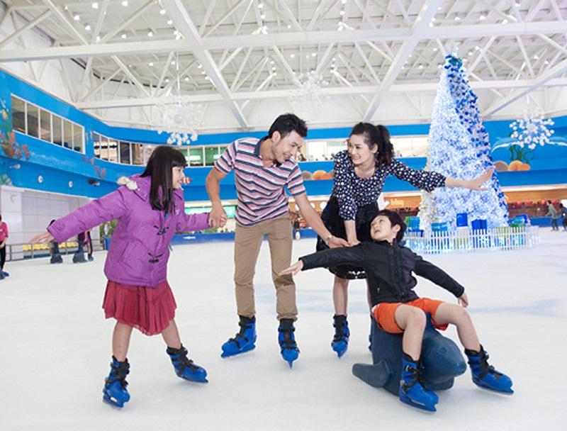 Gia đình 4 người tham chơi trượt tuyết tại Royal City