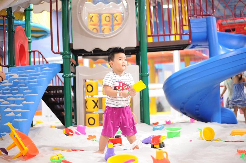 Một em nhỏ đang say sưa tham gia vui chơi tại khu vui chơi liên hoàn Kolarado