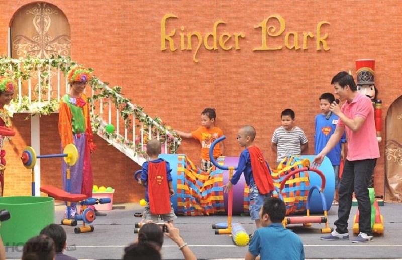 Các bé nhỏ tham gia hoạt động vui chơi tại Kinder Park