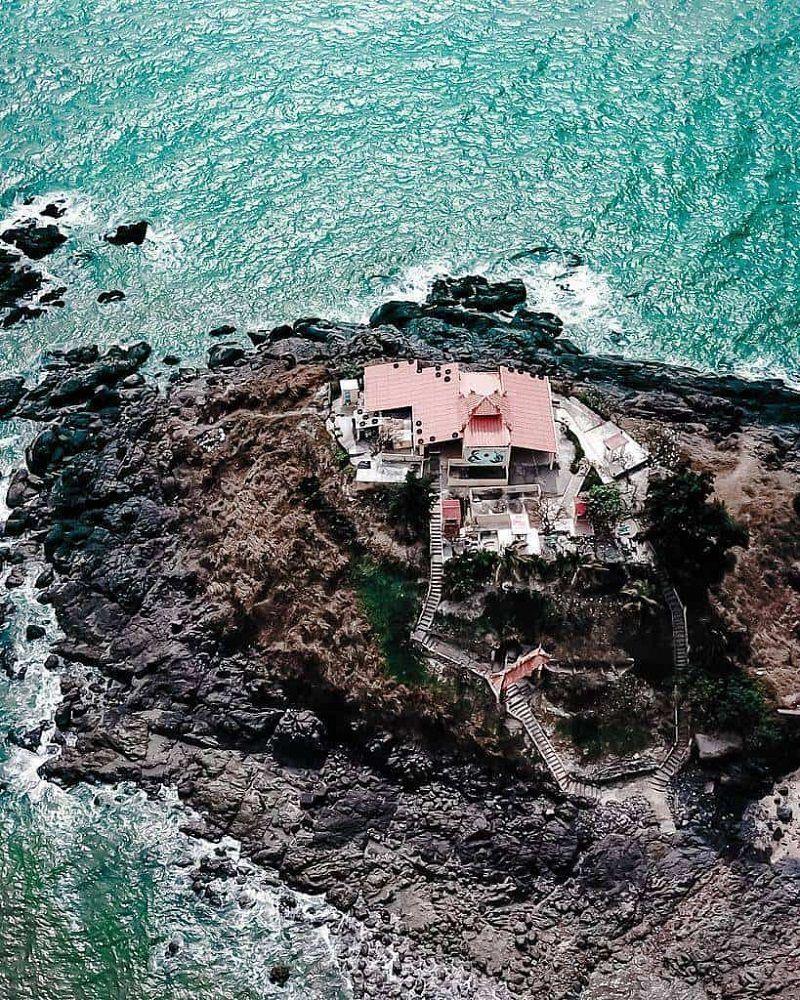 Đảo Hòn Bà được biển bao quanh khi nhìn từ trên cao