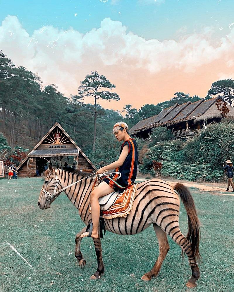 Chàng trai hóa thân thành một người dân tộc thiểu số cưỡi ngựa ở làng Cù Lần.