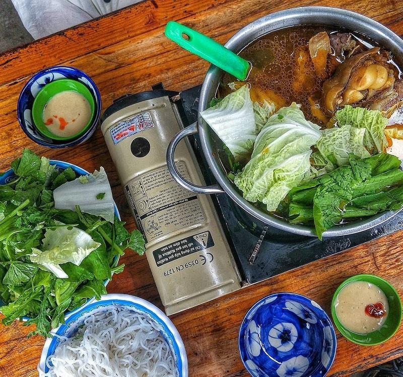 Một nồi lẩu bò được ăn kèm với các loại rau và bún, nước dùng thì cực kỳ thơm ngon, đậm đà.