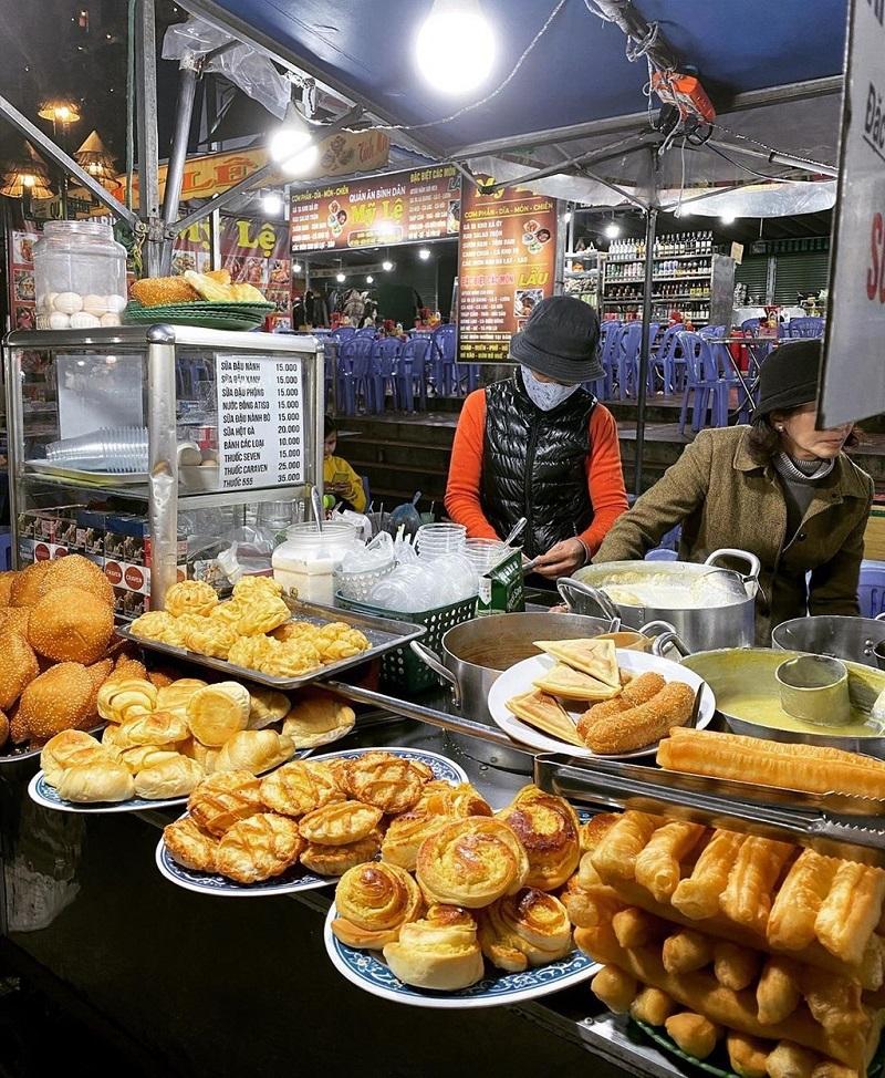 Muôn vàn các loại bánh khác nhau được bày bán tai chợ Đà Lạt làm bạn đói mãi không thôi.