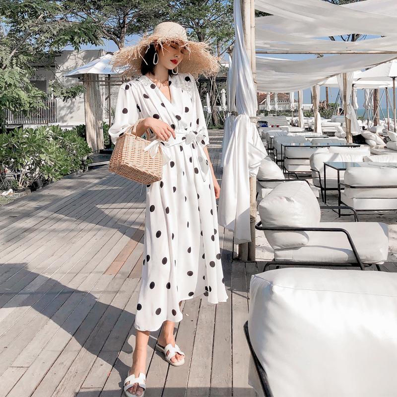Khi đi biển các bạn gái có thể mặc váy chấm bi trắng và mũ rộng vành và túi cói