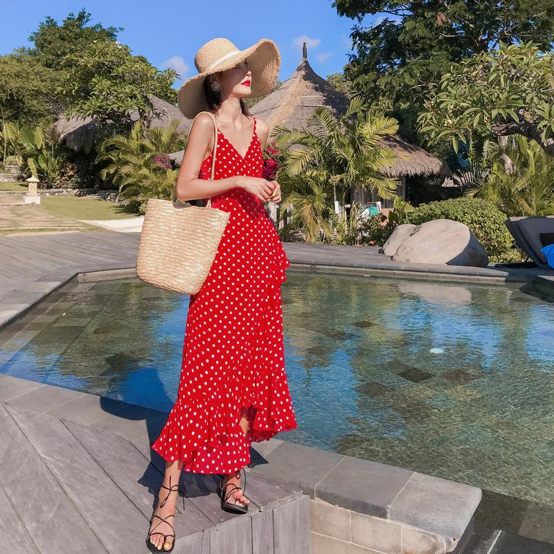 Váy 2 dây đỏ chấm bi mang hơi hướng vintage