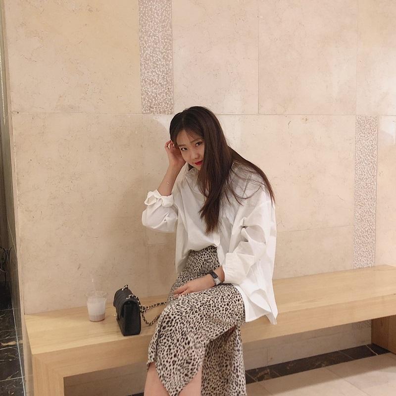 Mix match áo sơ mi trắng và chân váy da báo