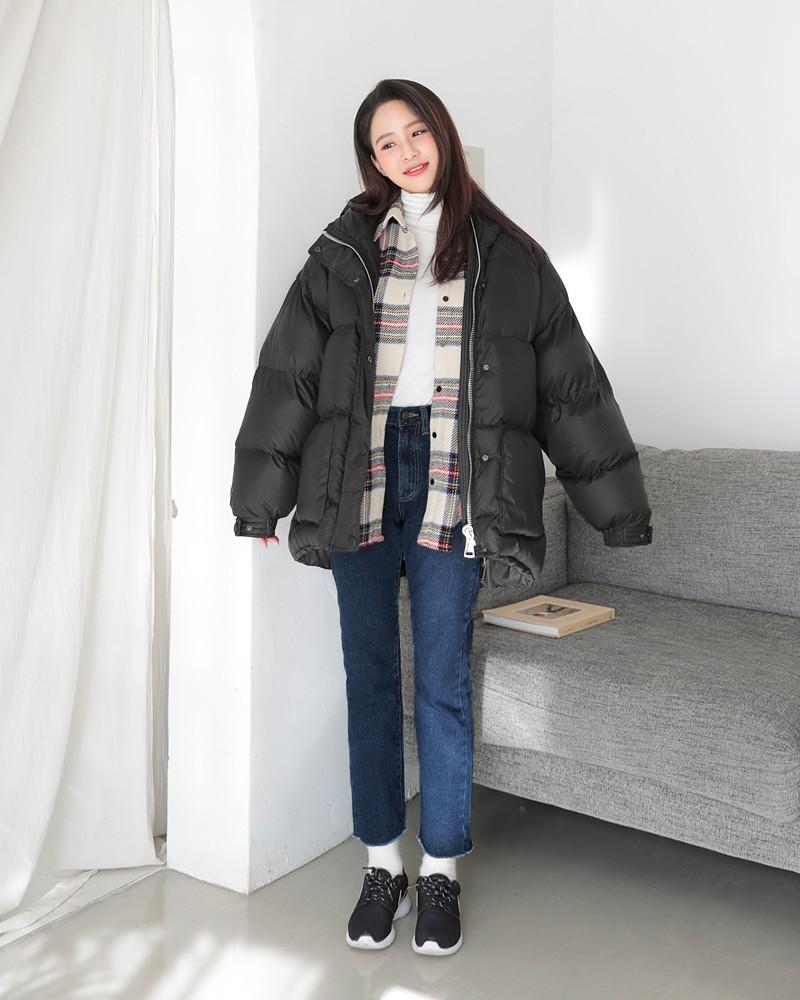 Du lịch ấm áp vào mùa đông cùng áo phao, áo len cổ lọ và quần jeans
