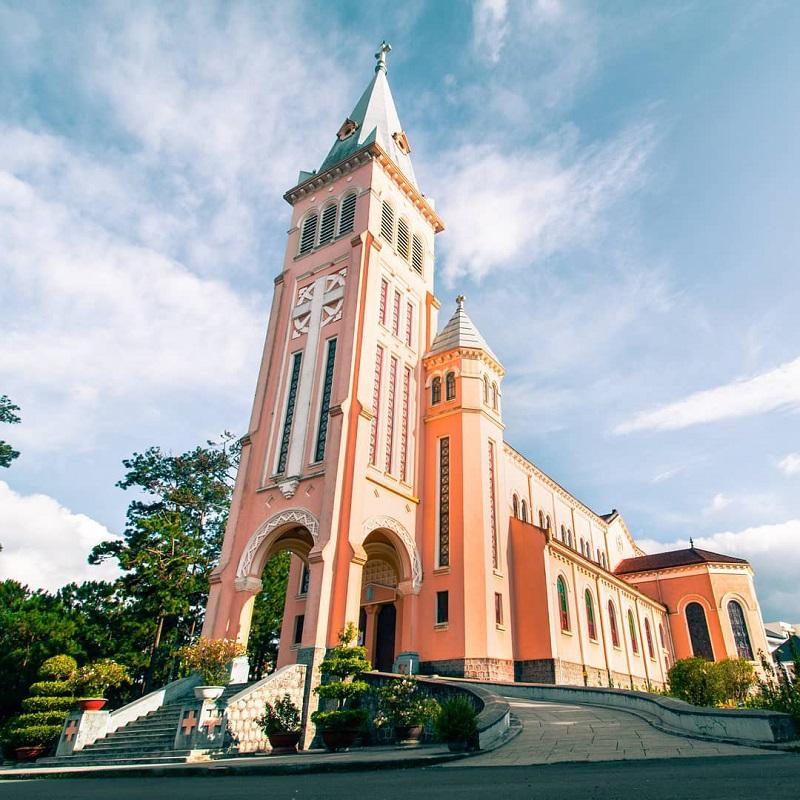 Nhà thờ Con Gà mang phong cách Gothic châu Âu là một biểu tượng của thành phố Đà Lat.