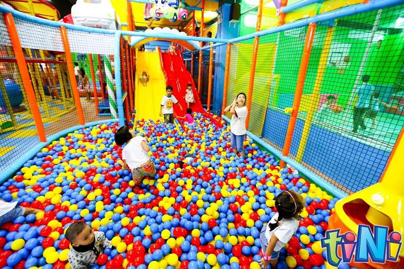Các em nhỏ háo hức vui đùa tại không gian nhà bóng của Tini World