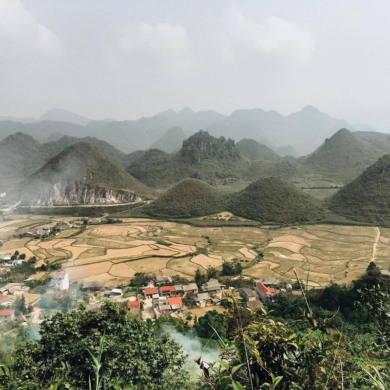 Núi đôi Quản Bạ bên những cánh đồng lúa chín